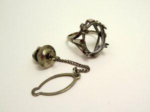 石をはずした指輪の台座